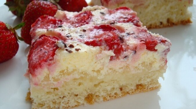 Królewski deser – ciasto z truskawkami w polewie śmietanowej