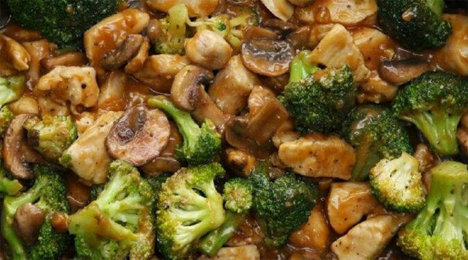 Kurczak z brokułami i pieczarkami w sosie - idealne połączenie