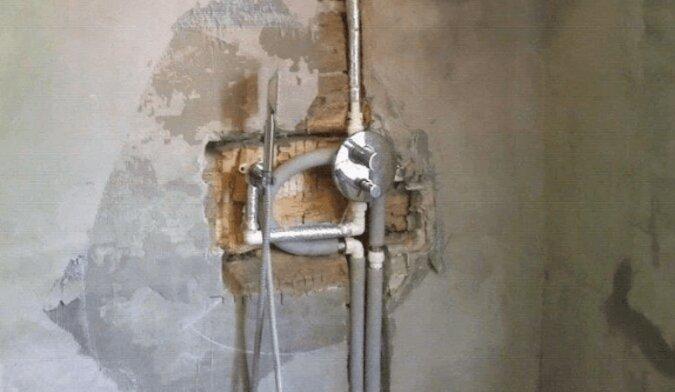 Podczas remontu mężczyzna położył podłogę w kabinie prysznicowej używając kamieni, a nie płytek