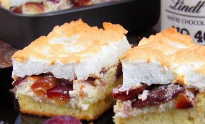 Miękkie i delikatne ciasto z serem i śliwkami