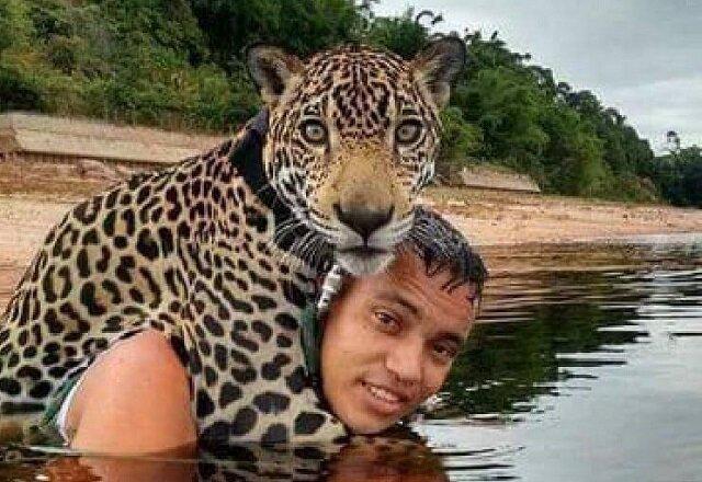 Żołnierze zobaczyli tonącego Jaguara i bez wahania rzucili się do wody