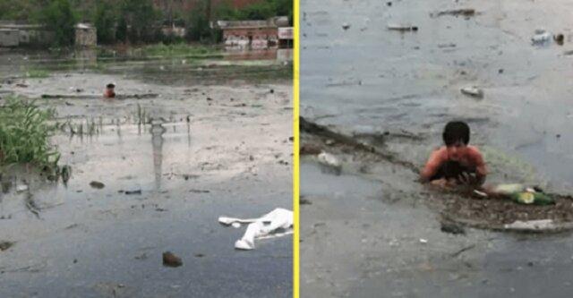 Aby uratować małego bezdomnego szczeniaka, chłopak wskoczył do dziury z brudną wodą i śmieciami