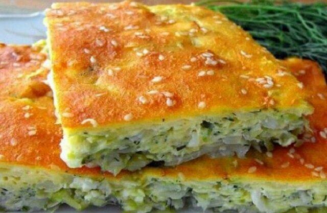Szybkie ciasto z kapustą na kefirze: pokroić, później wymieszać – i danie jest gotowe