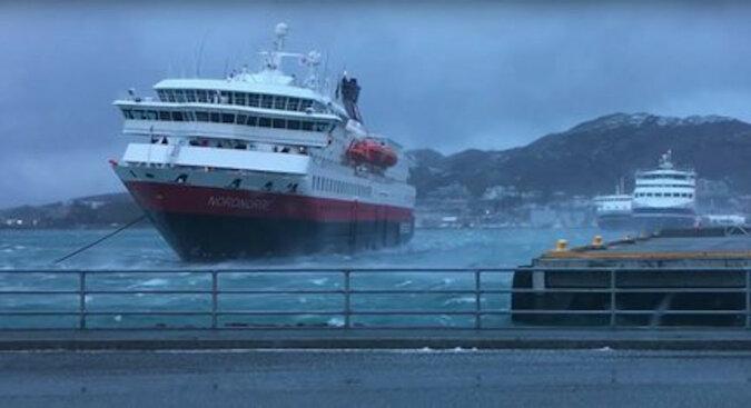 Jak statek wycieczkowy zacumował podczas potężnej burzy: wideo