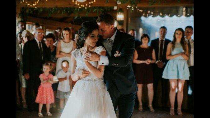 Para młoda tańczyła pierwszy taniec do piosenki z lat 80. Goście nie mogli oderwać oczu