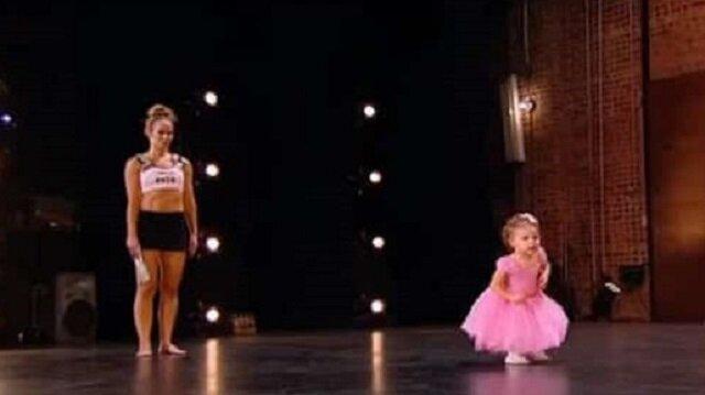 2-latka wychodzi na scenę z mamą. Jej niespodziewany występ zapiera dech w piersi całej publiczności