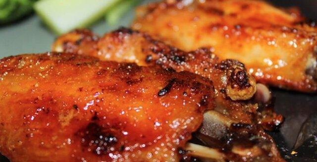 Skrzydełka kurczaka w sosie miodowo-sojowym w piekarniku: super smaczne i soczyste