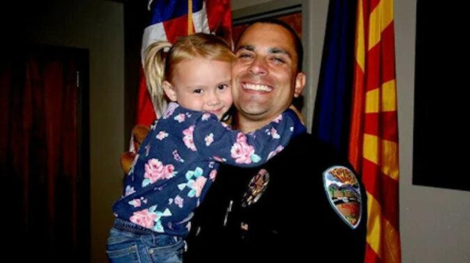 Policjant uratował dziewczynkę i został jej adopcyjnym ojcem