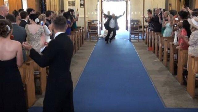 Gdy do kościoła wkroczył ojciec panny młodej, brawom nie było końca