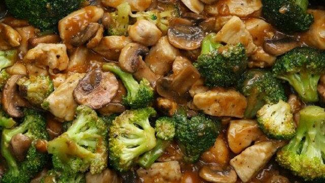 Kurczak z brokułami i pieczarkami w sosie. Idealne połączenie