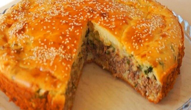 Obfita i smaczna kolacja: ciasto z mięsem mielonym zapiekane w piekarniku