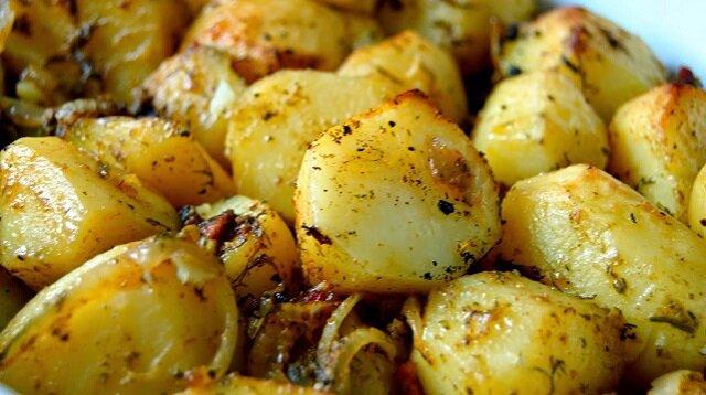 Idealne do obiadu ziemniaczki z czosnkiem pieczone w rękawie