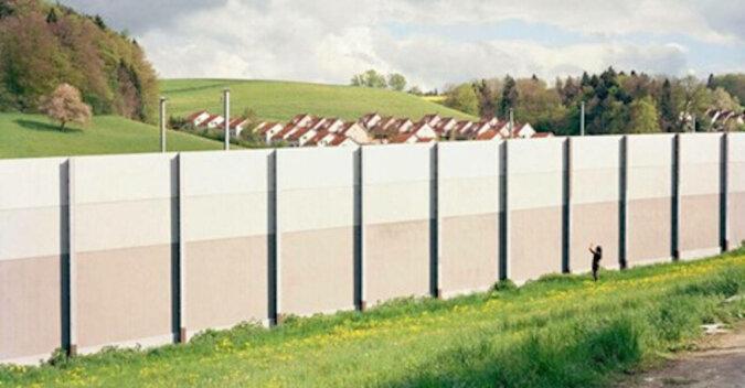 """Dlaczego Szwajcarzy budują wielometrowe """"ściany"""" wokół swoich domów?"""