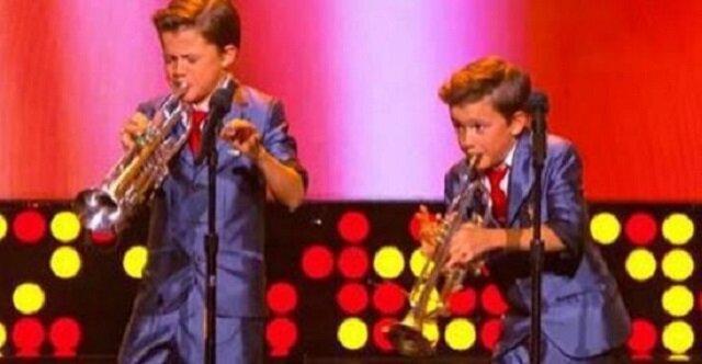 11-letni bliźniacy sprawili, że tłum oszalał, gdy zrobili to. A tylko poczekajcie, co zrobi chłopiec stojący z lewej strony