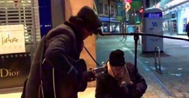 Bezdomny pyta muzyka, czy może z nim zaśpiewać. Jego głos zaskakuje wszystkich