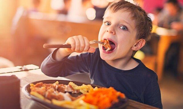 Ten chłopiec wpadł w furię w restauracji. Przeczytaj tylko, kto go powstrzymał