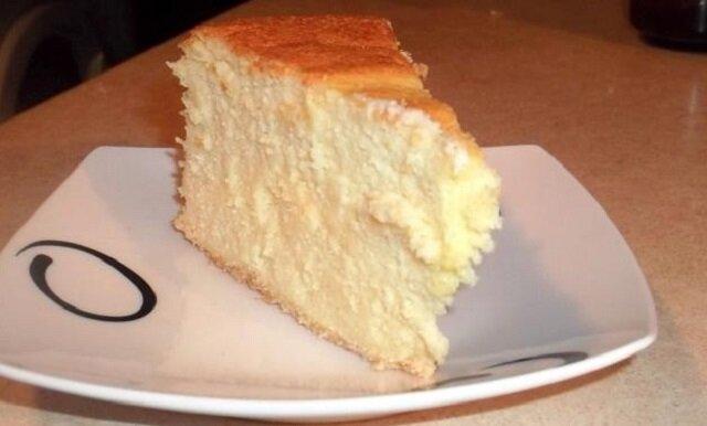 Puszysty deser lekko się kroi i jest wyjątkowo delikatny