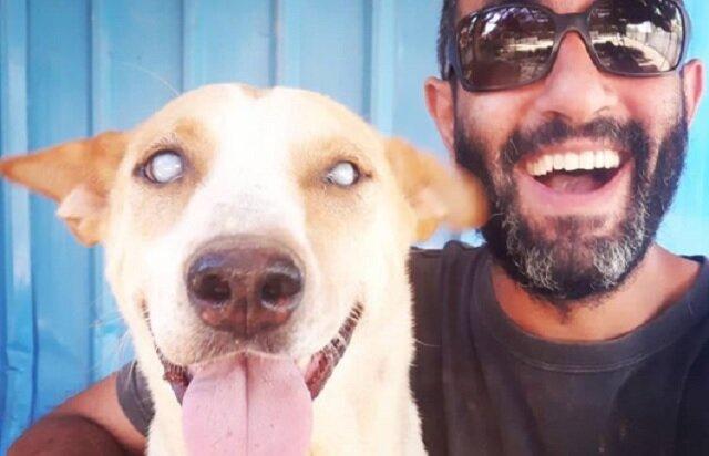 Ten mężczyzna stał się najlepszym przyjacielem dla niewidomego psa ze schroniska. To bardzo wzruszająca historia