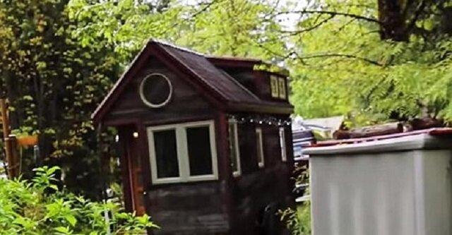 Kobieta mieszka w bardzo miniaturowym domku, jednak jego wnętrze jest naprawdę eleganckie