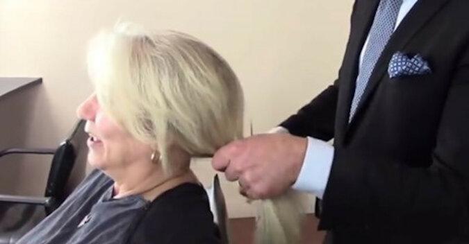 Klientka nie chciała skrócić długości włosów, ale stylista zrobił po swojemu