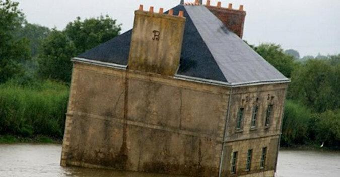 Dlaczego stary dom od wielu lat unosi się na środku rzeki we Francji