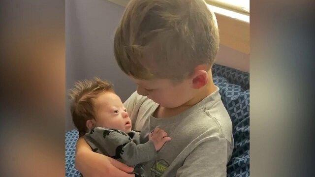 Sześciolatek śpiewa bratu piosenkę Biebera. Niezwykła miłość i troska