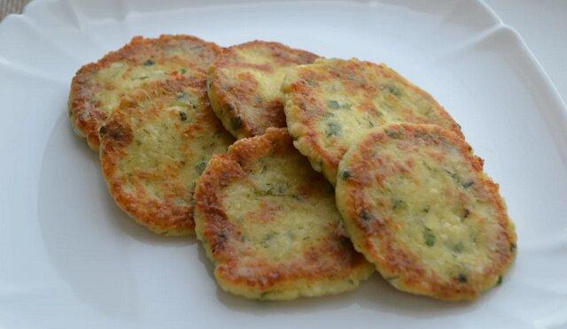 Prosty i szybki przepis na śniadanie z twarogu, sera i zieleniny