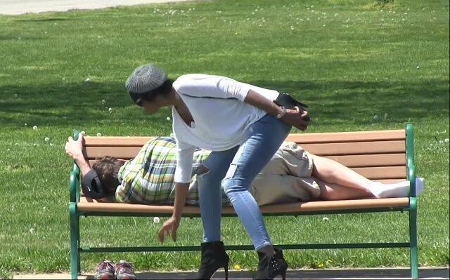 Kobieta ukradła telefon gdy ten odpoczywał. Zobacz co dzieje się jej potem