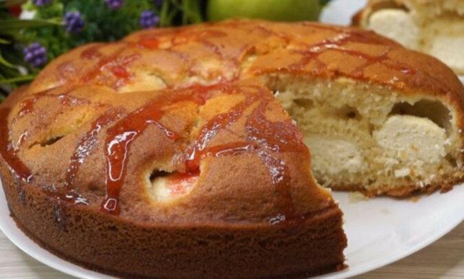 Szybkie ciasto na kefirze z pyszną niespodzianką. Bardzo smaczne, lekkie i delikatne