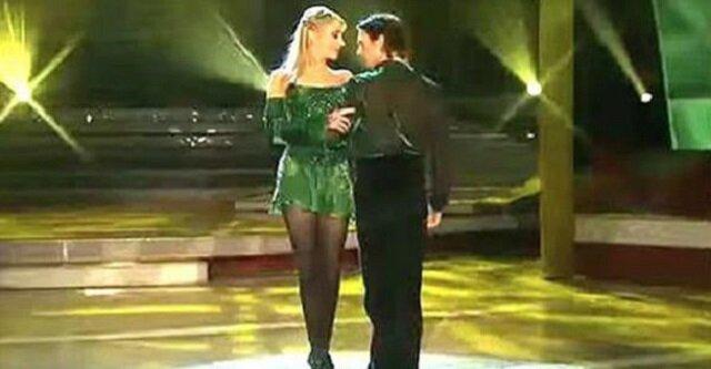 Tancerka chwyciła go za ramię i zaczęła się kręcić wokół. Ale spójrz tylko na jej nogi. To niesamowite