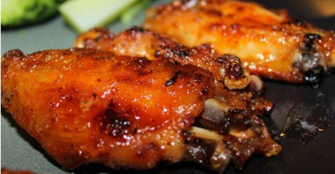 Skrzydełka z kurczaka w sosie w miodowo-sojowym sosie zapiekane w piekarniku