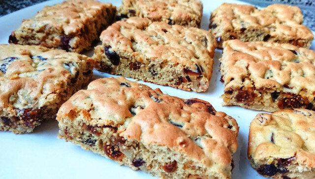 Smaczne i zdrowe ciasteczka, które robią się w 5 minut z orzechami, rodzynkami i innymi suchymi owocami. Idealny deser do herbaty