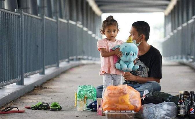 Na świecie nie brakuje życzliwych ludzi: mężczyzna zapewnił mieszkanie rodzinie, która mieszkała pod mostem