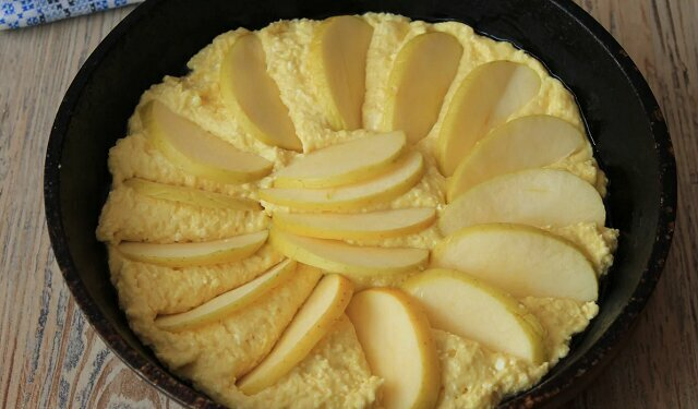 Zamiast serników na śniadanie gotuję na patelni szybkie ciasto twarogowe z jabłkami