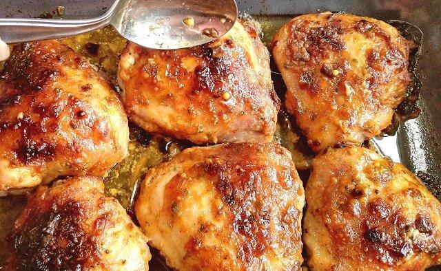 Miliony gospodyń domowych gotują kurczaka według tego przepisu. Zobacz jak