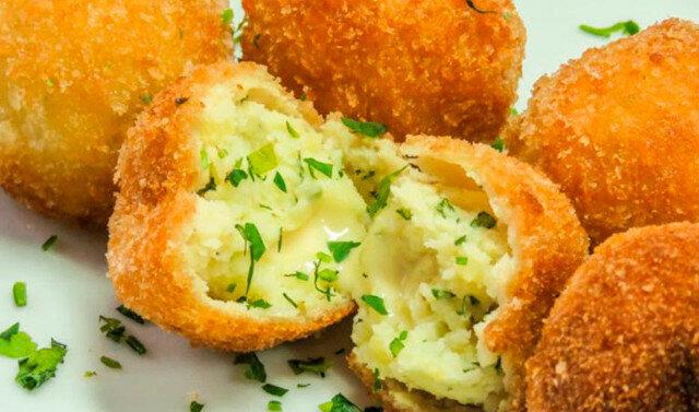 Kulki ziemniakowo-mięsne pieczone z czosnkiem. Łagodne nadzienie i pyszna skórka
