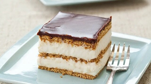 """Deser jak z najlepszej cukierni. Przepyszny tort """"Ekler"""", który przygotowuje się w kilka minut"""