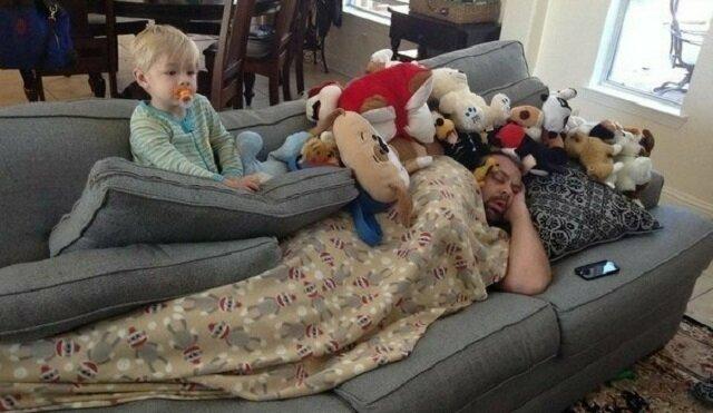 Jak taty pilnują dzieci, gdy tatusiów nie pilnują mamusie