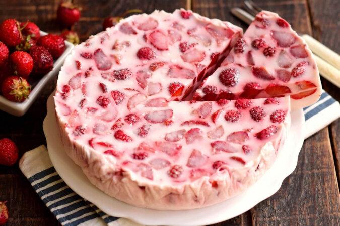 Letni tort truskawkowy bez pieczenia: lekki, delikatny i o idealnym truskawkowym smaku