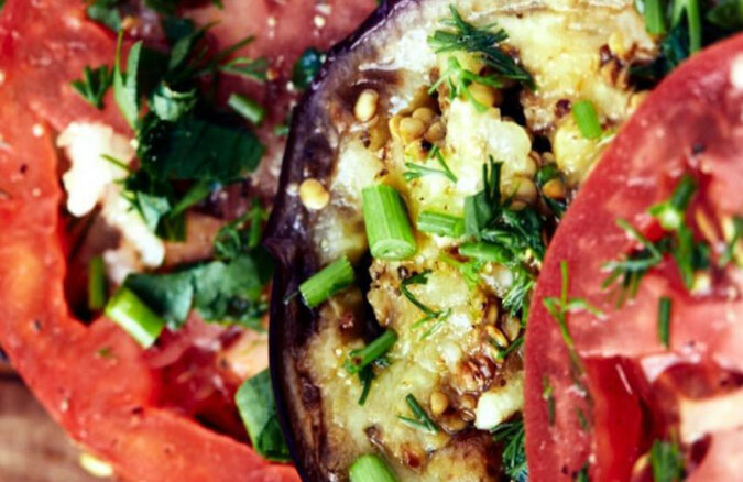 Prosty przepis na smażony bakłażan z pomidorami i czosnkiem. Pycha