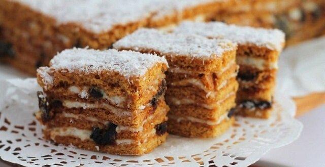 Wspaniałe, delikatne i pyszne ciasto miodowe z suszonymi śliwkami i orzechami