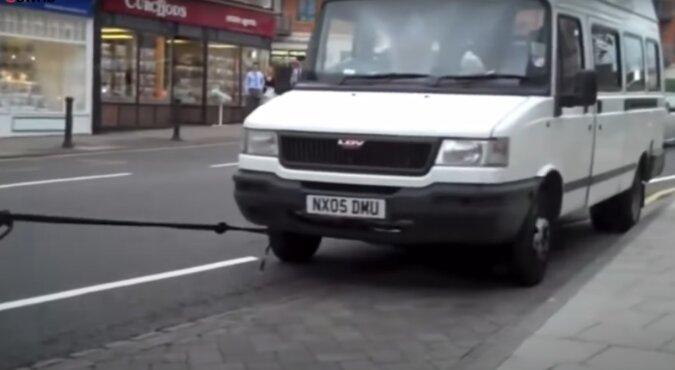 Dziewczyna za pomocą włosów zaciągnęła samochód na stację benzynową. Wideo