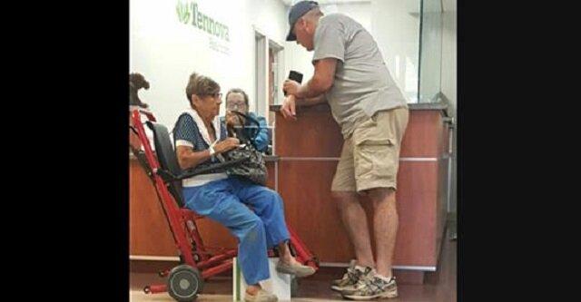 Samotna emerytka została porzucona na izbie przyjęć – mężczyzna w czapce podchodzi do niej i wypowiada 5 słów, które zmieniają wszystko