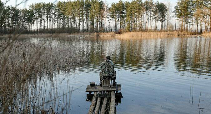 Mężczyzna próbował wyciągnąć dużą rybę, która zmusiła go do kąpieli w jeziorze. Wideo