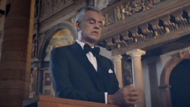 Andrea Bocelli śpiewa Ave Maria w pustym kościele, ale spójrz tylko na ludzi, którzy są obok niego