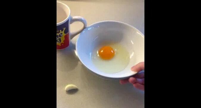 Facet pokazał najprostszy sposób oddzielenia żółtka od białka i zaskoczył sieć. Wideo