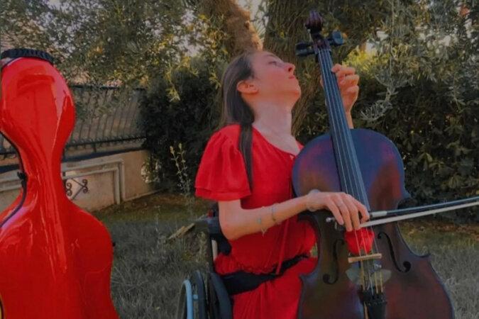 Choroba przywiązała dziewczynę do wózka inwalidzkiego, ale ona została gwiazdą wiolonczeli