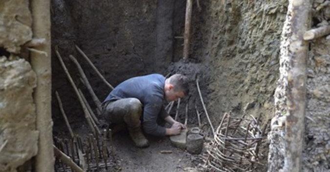 Student postanowił przez rok żyć jako osoba z epoki kamienia i zbudował sobie dom