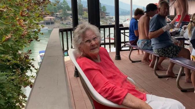 Zuchwała babcia zażartowała z członka rodziny i rozśmieszyła cały internet. Wideo