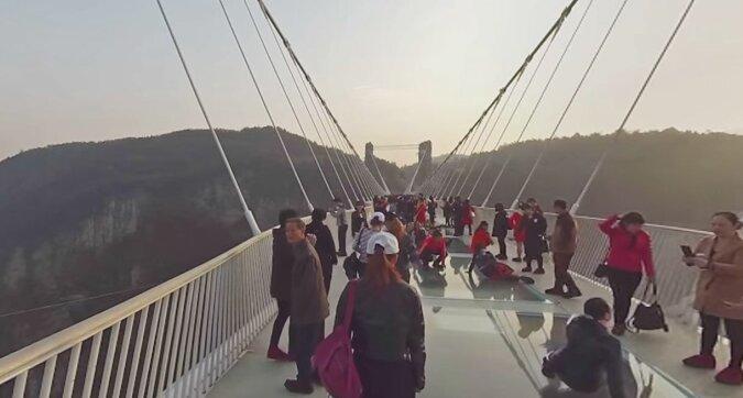 Skoki na bungee z 260 metrów: rozrywka w Chinach